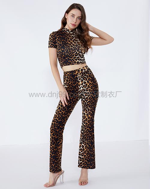 女装贴牌动物花纹短款上衣喇叭裤套装