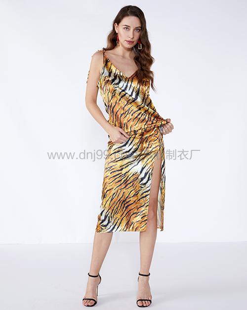 服装贴牌厂家虎纹吊带开衩半身裙套装