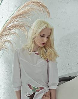新款时髦五分袖绣花显瘦打底上衣