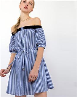 一字领露肩蓝色竖纹系带连衣裙