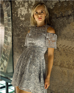 露肩优雅气质中长款蕾丝镂空连衣裙