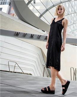 纯黑色休闲V领无袖连衣裙
