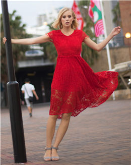 圆领收腰A字红色压花蕾丝连衣裙