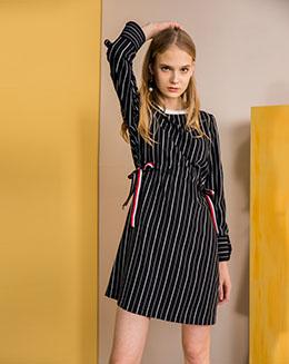 中长款圆领条纹束腰款连衣裙