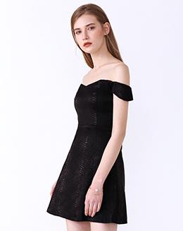 新款一字肩黑色肌理连衣裙