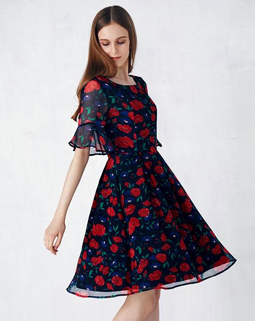 新款喇叭袖百褶碎花连衣裙